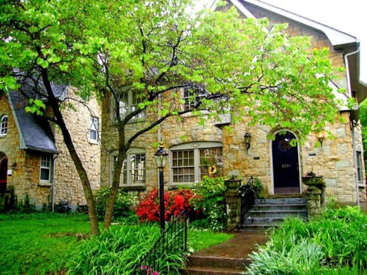Spacious Luxury Condo in Beautiful Neighborhood