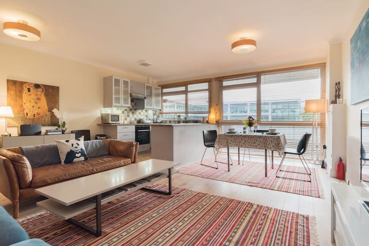 Central Greenwich beautiful and SPACIOUS apartment