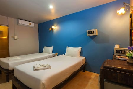 Twin Backpacker Accommodation - Central Phi Phi!