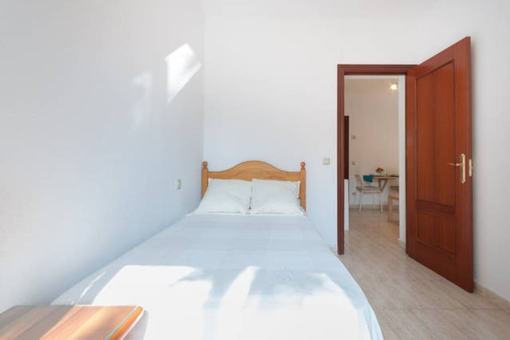 First bedroom with a comfortable single bed (1.10 m). It's full of light in the morning