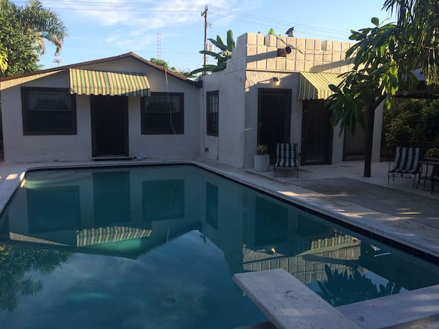 Studio w pool & seperate entrance . - Hollywood - House