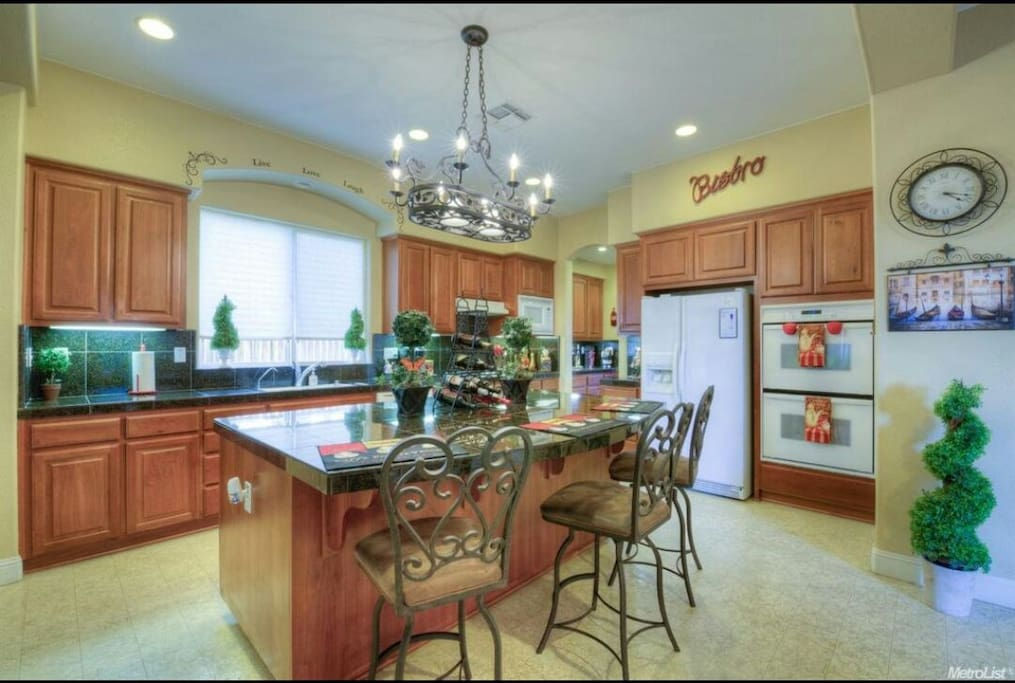 large open kitchen for guests to use, Double oven, gas range n microwave. Perfect for those that meal prep!