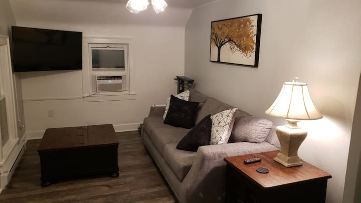The MapleWood - A cozy second floor apartment