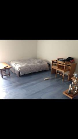Une belle chambre avec beau paysage - Tillou - Maison