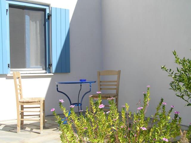 sunny house with double garden in Paros - Paros - Hus