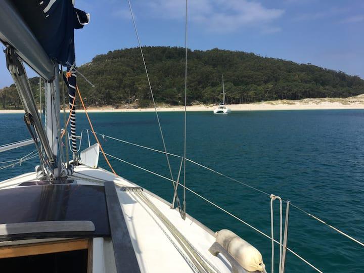 Navegar en Velero en Rias Baixas. Visitar Cies.