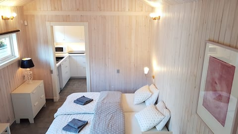 King bed cottage w/ vaulted ceilings & wifi