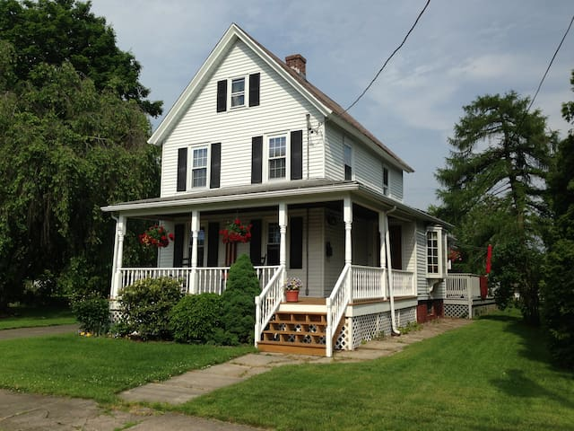 Comfortable private suite in 1850's farmhouse - Westfield - House