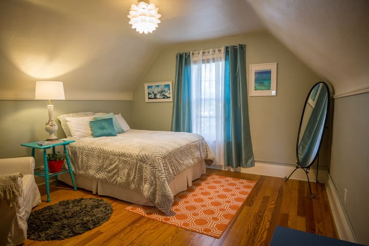 Private bd/bth in lovely Victorian (longterm only)