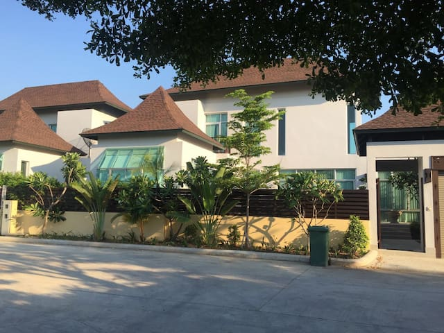 3-bedroom pool villa not far from s - Pattaya - Villa