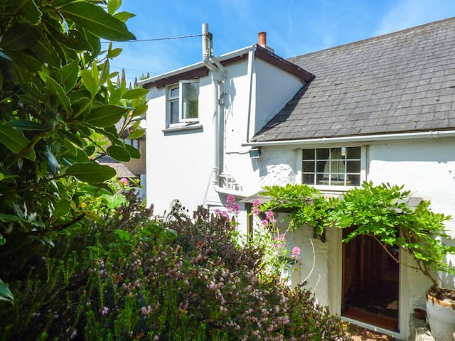 SWALLOW COTTAGE, pet friendly, with a garden in Probus, Ref 918497