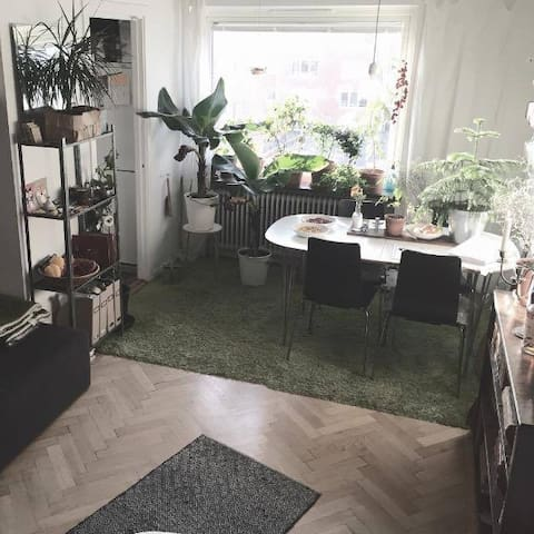Cozy apartment with access to Rooftop Garden!
