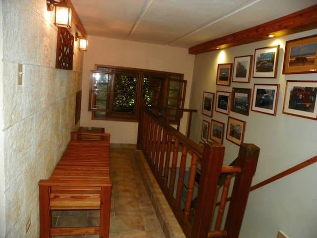 corredor con galería de fotos  hechas por Humberto