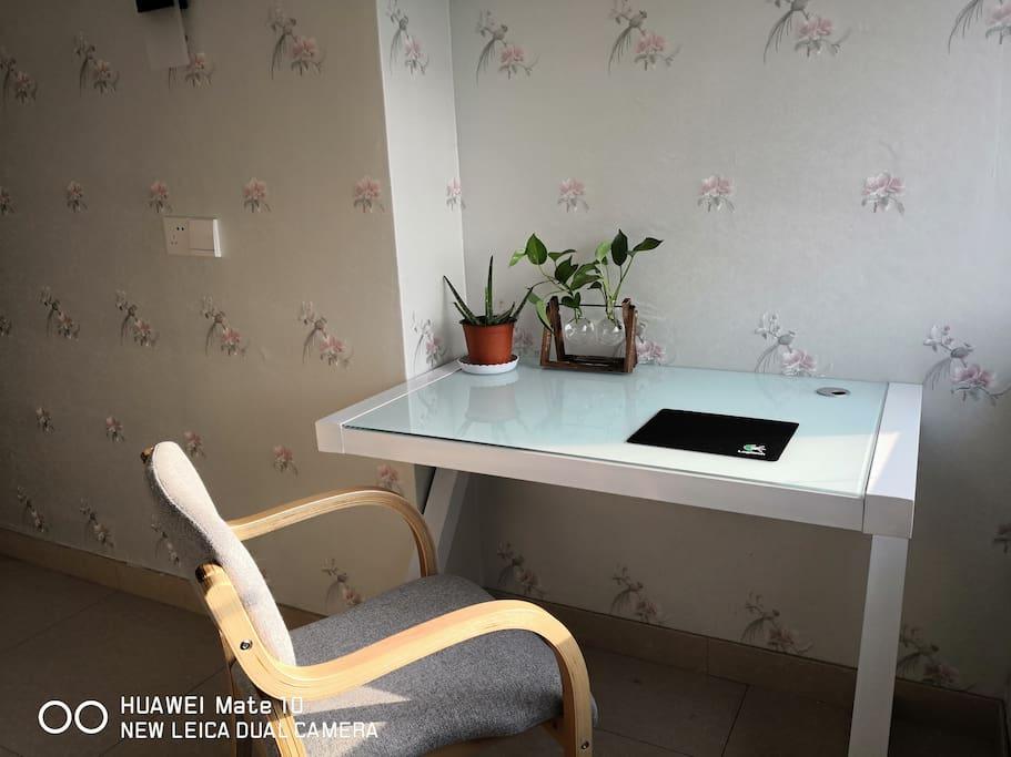清新闲雅的书桌,可办公、可阅读、可以在晴天里晒晒太阳,旁边相伴的是花花草草。