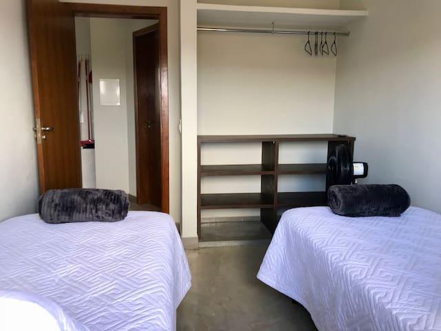 Armário do quarto com Cabides e Ventilador de Coluna