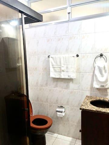 Banheiro 1 - ao lado do quarto 1