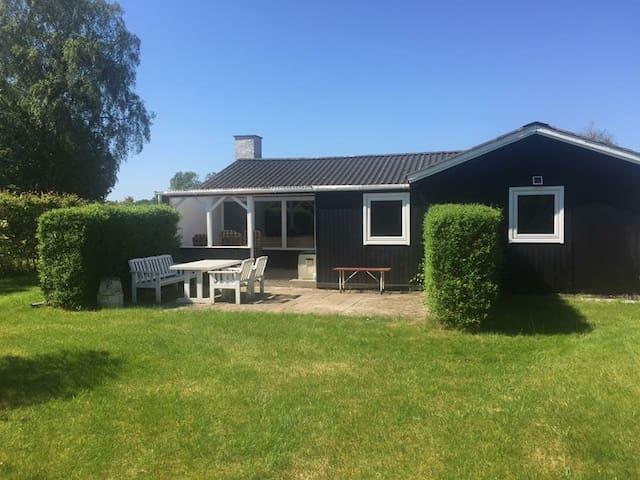 Familievenligt sommerhus på østkysten - Storvorde - Blockhütte