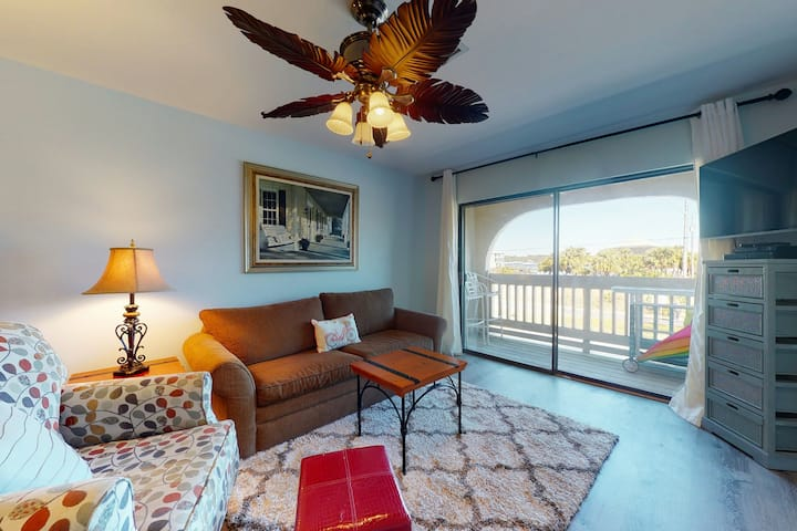 Adorable Beach Condo w/ a Balcony, Filtered Lagoon Views, W/D, & Shared Pools