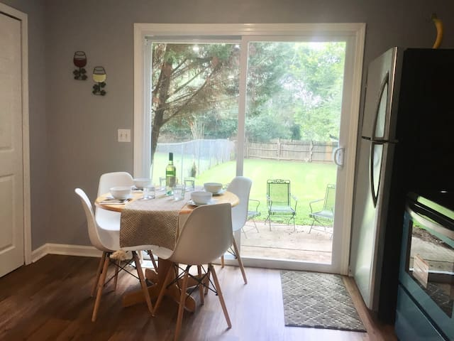 Dining for 4 with easy access to all kitchen gadgets