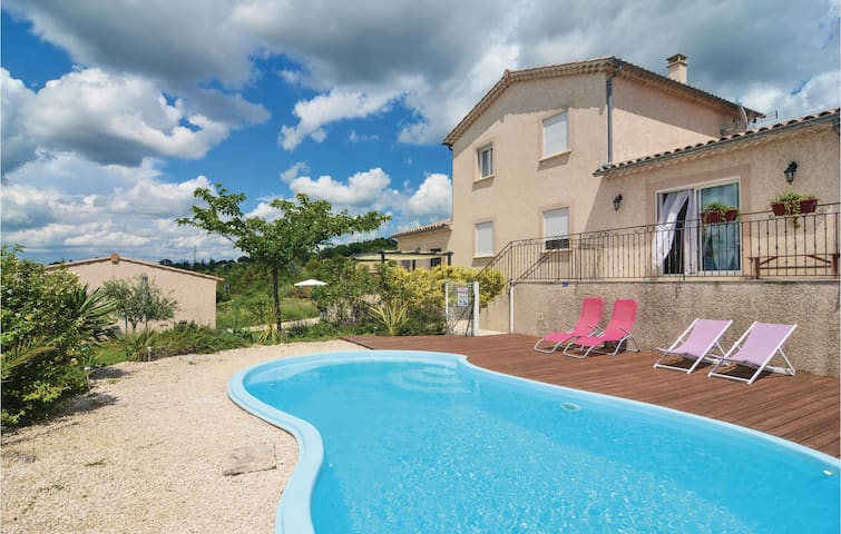 Semi-Detached with 1 bedroom on 43m² in Barjac