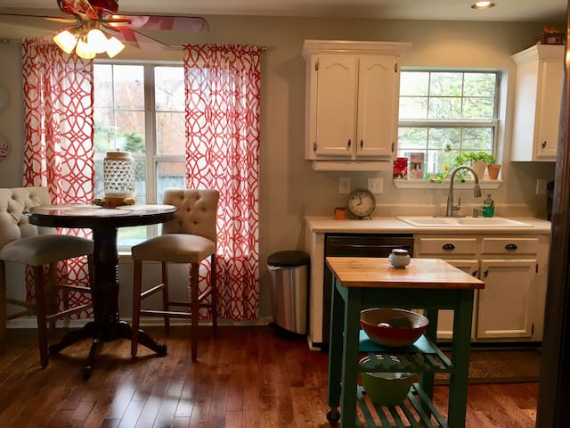 Sleeps 6, 3 miles from historic Franklin