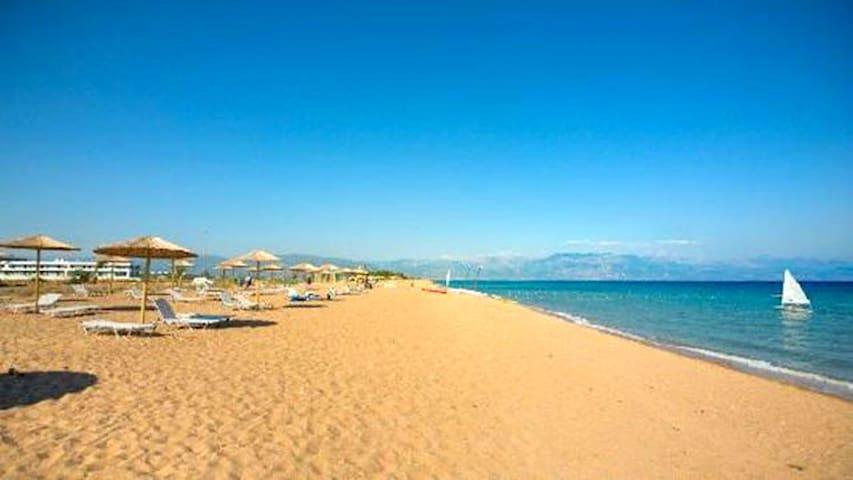 Ανάληψη της Μεσσήνης, η απέραντη αμμώδης παραλία που εκτείνεται όσο το μάτι μπορεί να δει.
