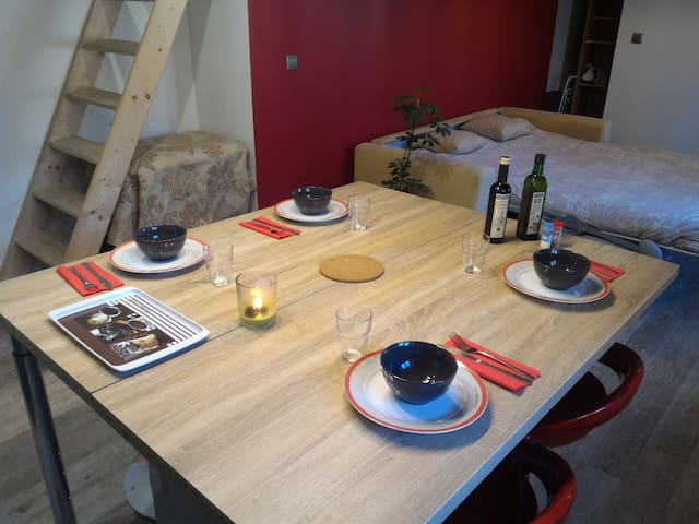 Table with all necessary equipement for 4 people