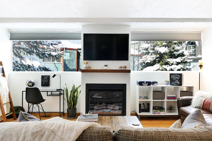 Stylish, spacious, 1 bdrm. Fireplace+deck+hot tub!