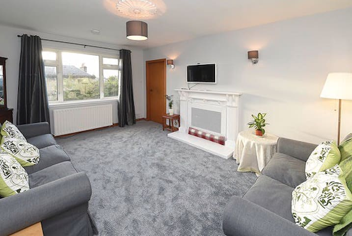 Warm, bright, central apartment in Bridge of Allan