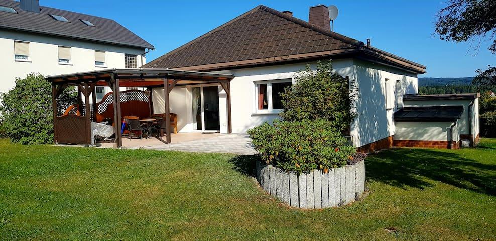 Ferienhaus mit großem Garten und Terrasse