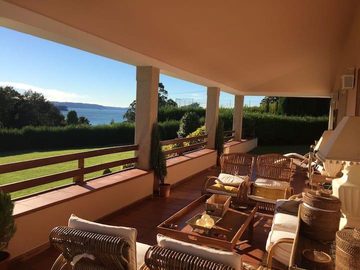 Villa sobre el mar con gran jardín