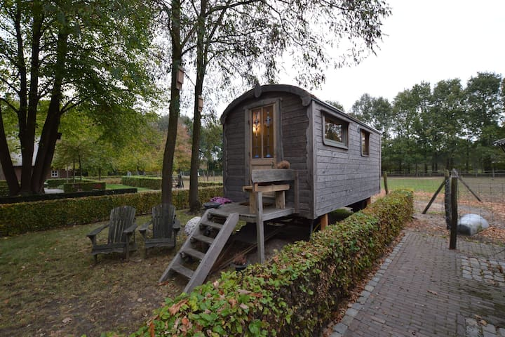 Charming Cottage with Jacuzzi in Zeeland