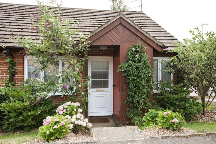 Entire Cozy bungalow 8 mins walk to town centre.