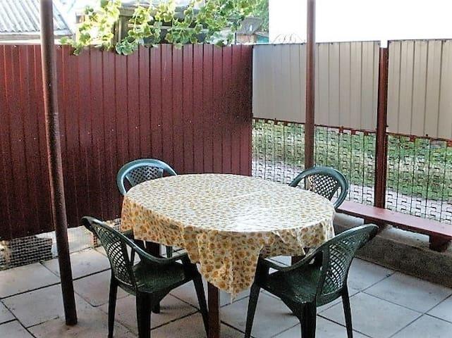 Обеденный стол во дворе.