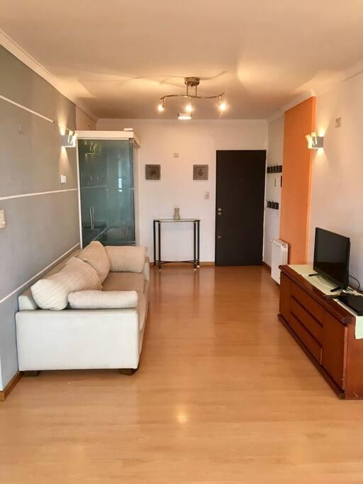 Living con sofa y smart tv 32 pulgadas + reproductor  + wifi