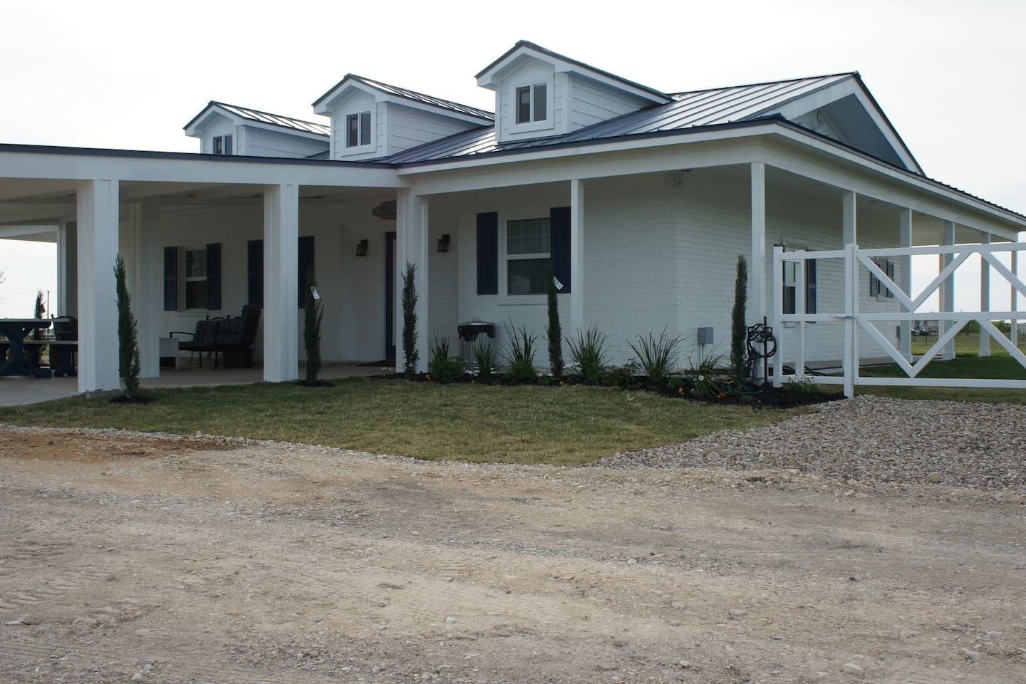 Newly renovated Country Victorian style Cabin on 46 acres. On a hill on look the valley. Pond, fire pits, cows, and mini horse. The lazy relaxing country life 30 minutes from downtown Austin and 15 minutes from San Marcos. Come enjoy a beautiful stay