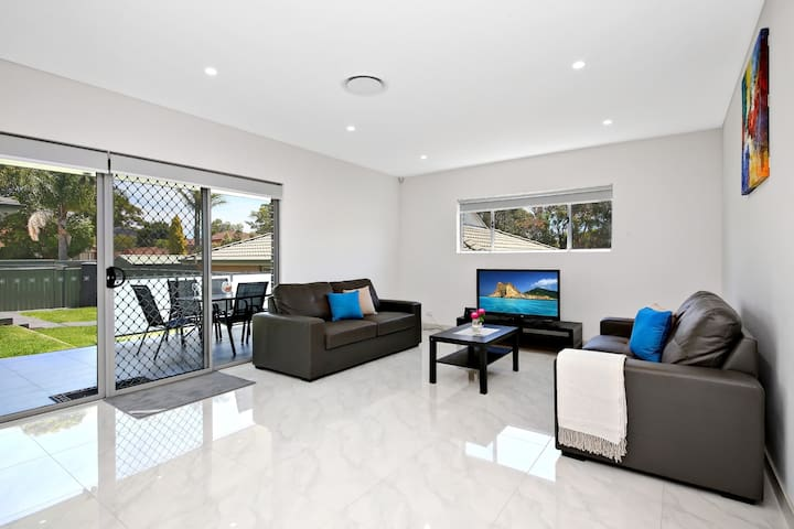 VILLA HYDRAE 96A SYDNEY - Modern & Great Location - Revesby
