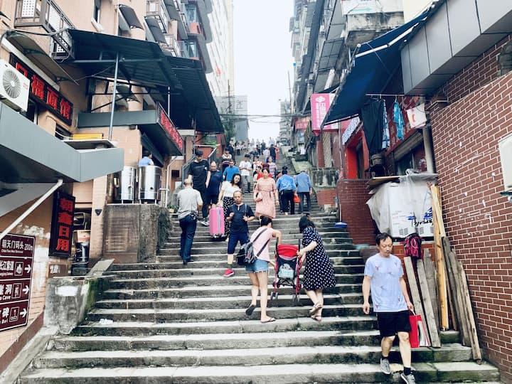 步道,是山城重庆的特色,爬阶梯是这里的人们每天的必要的交通方式