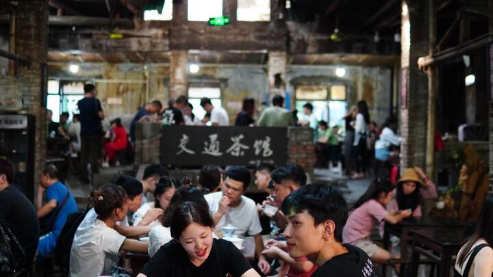 交通茶馆,重庆最著名的老茶馆,不仅可以喝茶拍照,也能感受到重庆老辈人的悠闲生活