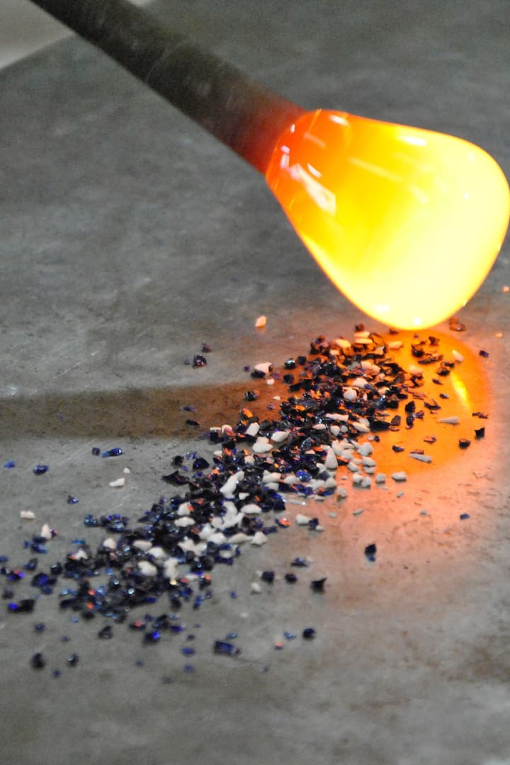 Rolling the molten glass into the colour