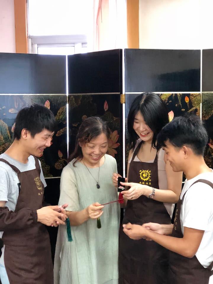 尹利萍老师与体验者交流书签制作