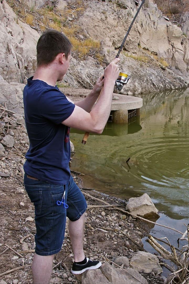 Am Stausee auf Schwarzbarsch-Jagd