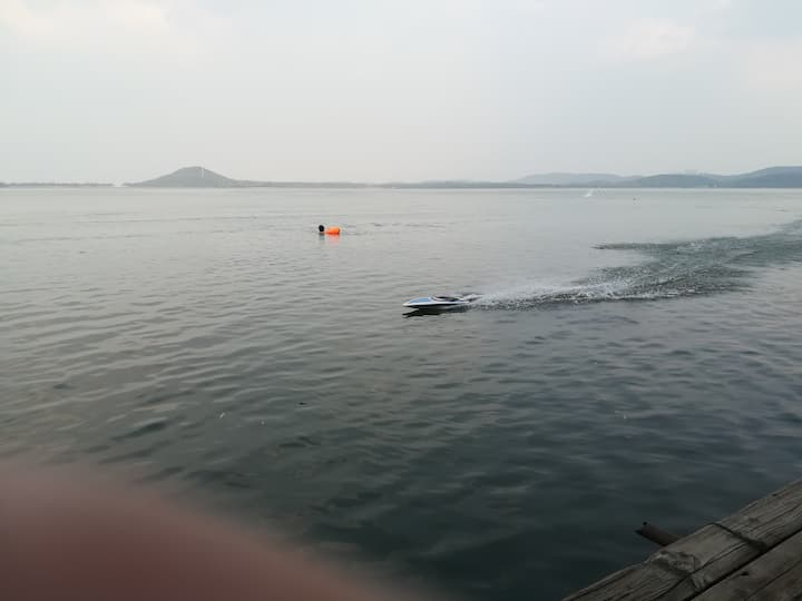 东湖听涛景区,经常有周边人在东湖玩航模,皮划艇