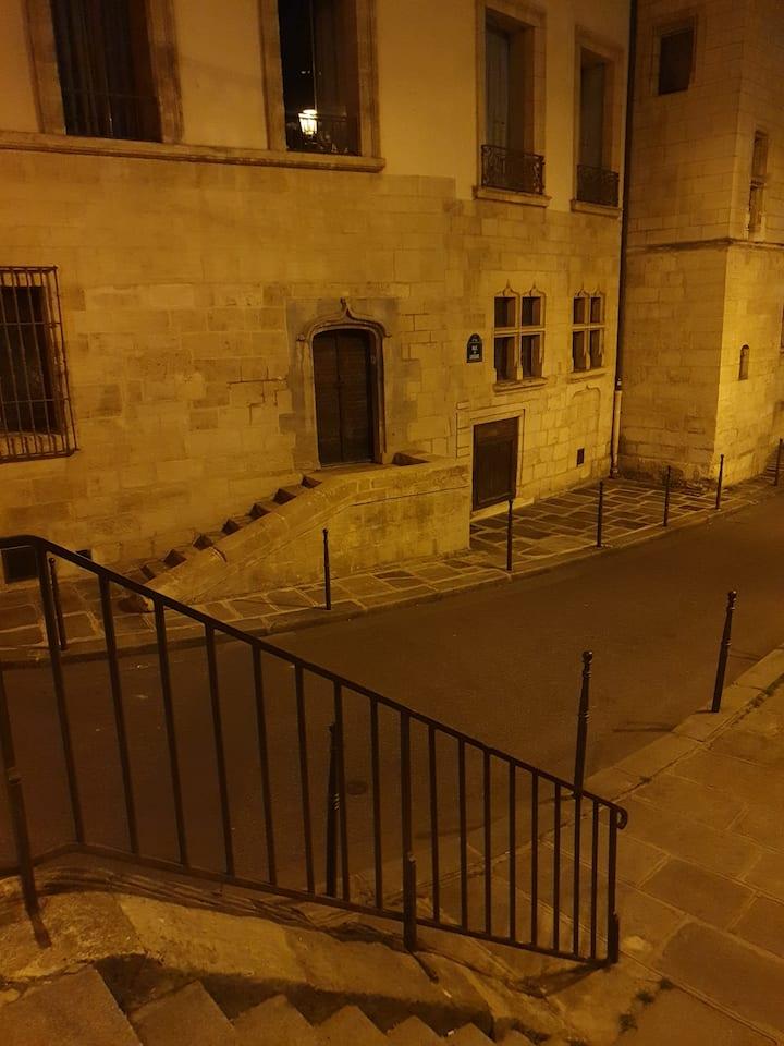 Discover hidden corners of Paris