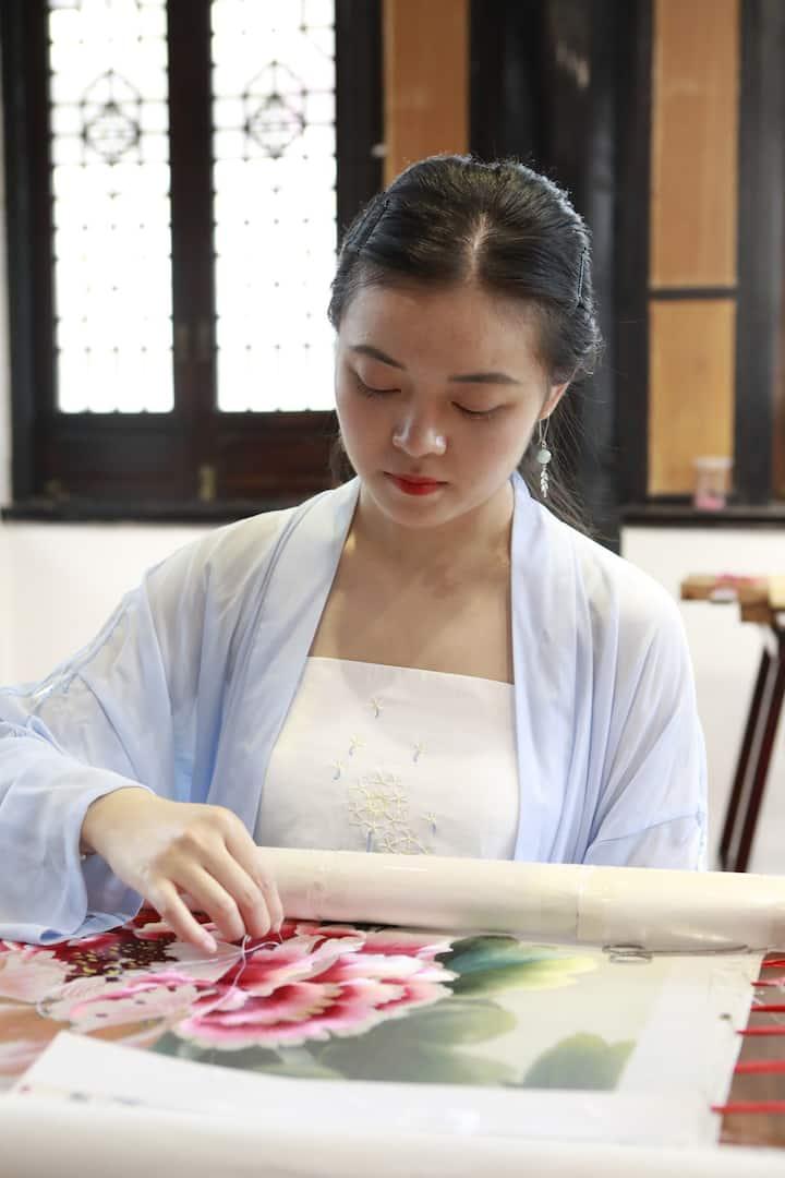 蜀绣老师展示蜀绣技艺