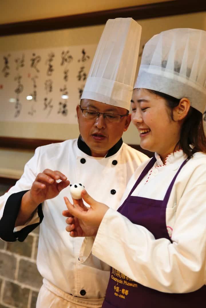 张辉强老师指导体验者制作熊猫饺子