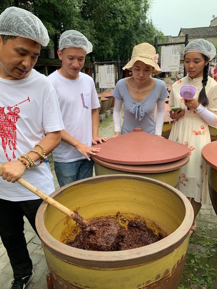 体验者参观郫县豆瓣制作