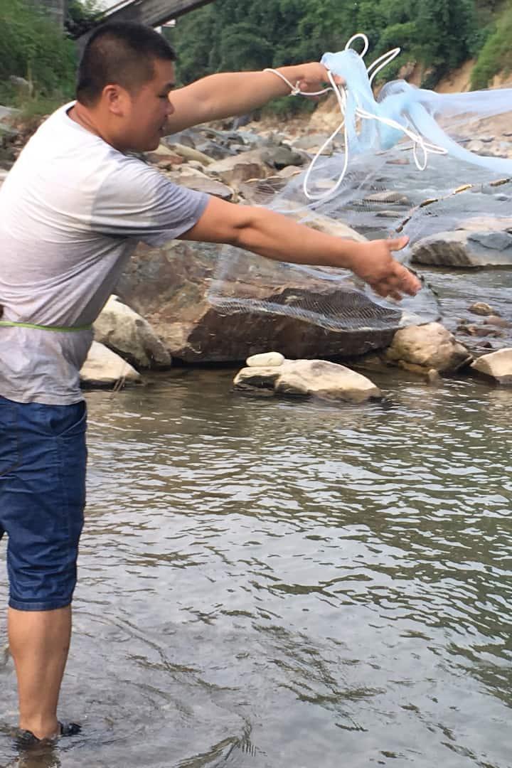 小溪抓鱼虾