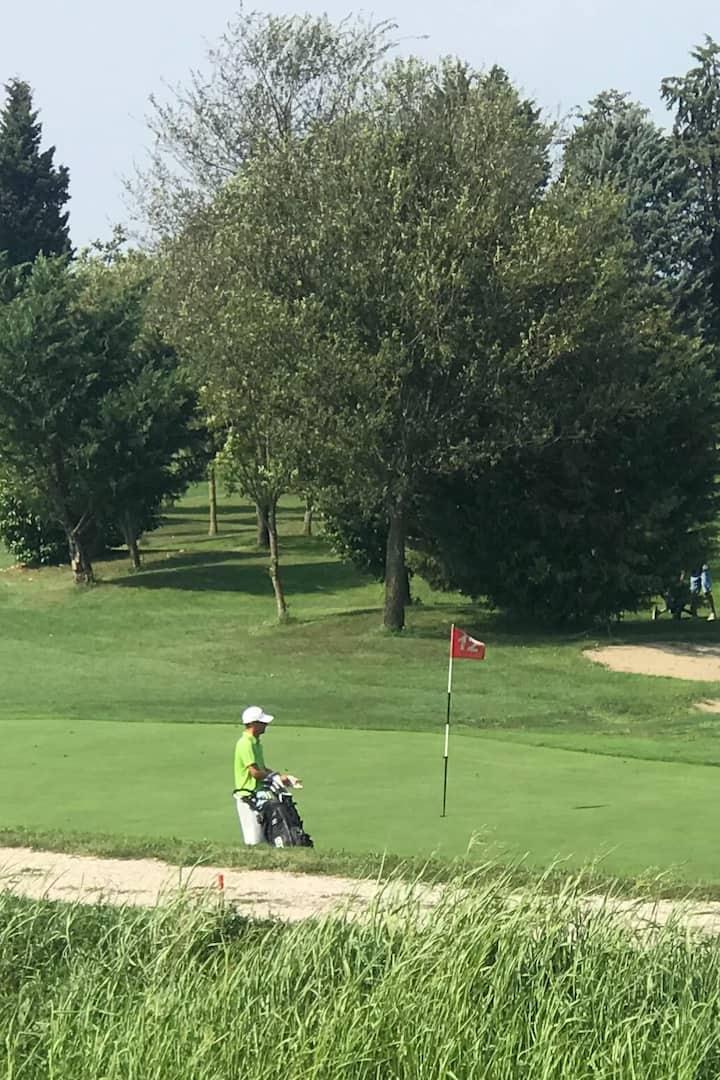Un passaggio vicino al campo da golf