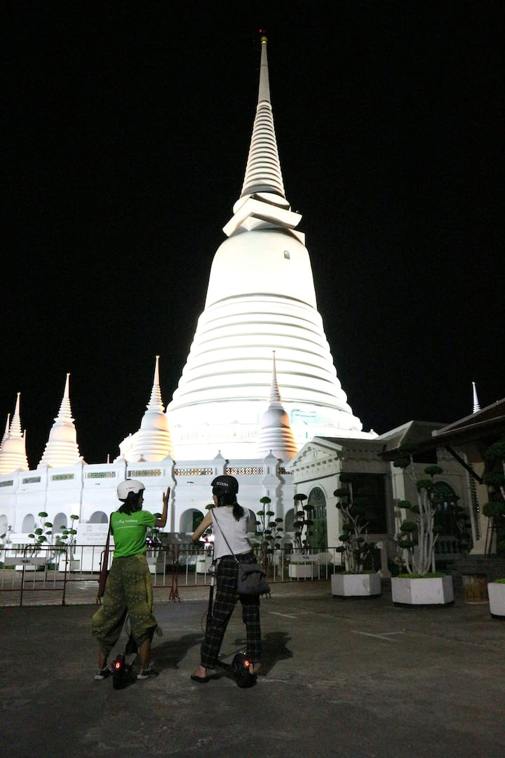 Discover temples at night